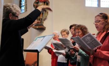 Une chorale dirigée de main de maître par Mme Deris