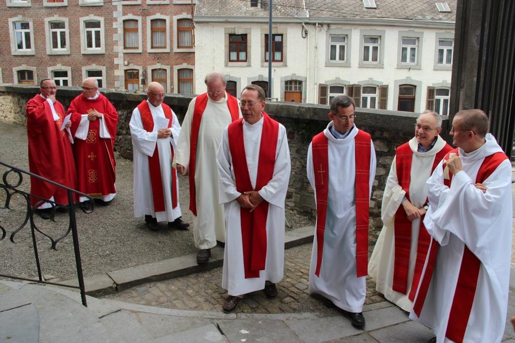 A l'entrée de l'église