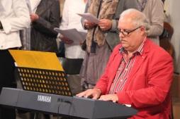 Pierre Bodson accompagne les chants à l'orgue