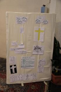 Le tableau avec les dessins et textes préparés par les enfants