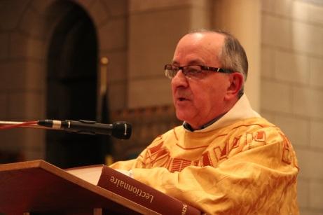 Lecture de l'évangile et homélie par l'abbé Villers