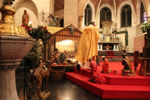L'abbé Villers a déposé le lectionnaire et l'Enfant Jésus dans la crèche