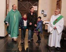 Notre curé, notre diacre en cortège avec deux enfants préparant leur baptême, en compagnie de leur responsable, Françoise Pirard