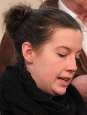 Anne assure un solo pendant le chant de communion