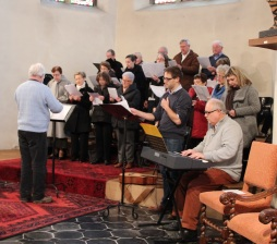 La chorale accompagnée à l'orgue et à la guitare !
