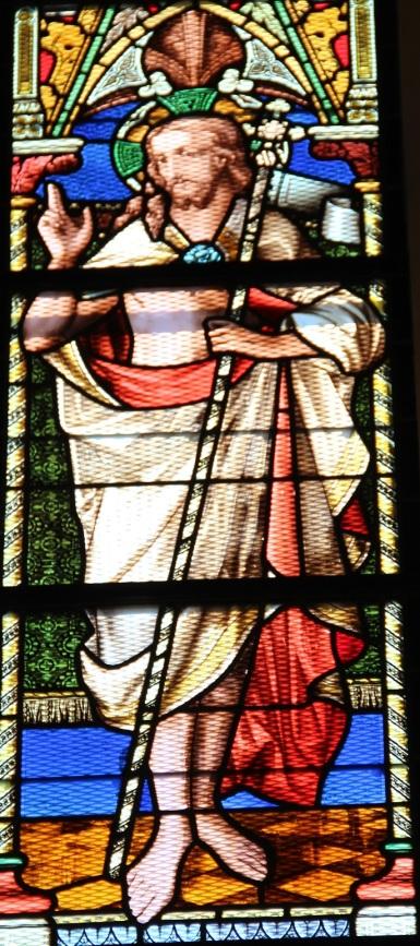 Le vitrail de la résurrection, dans le choeur de l'église