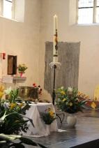 Cierge pascal et cuve baptismale