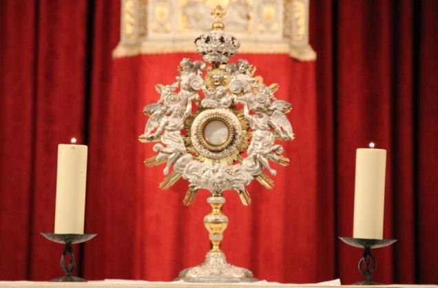 Adorer le Saint-Sacrement