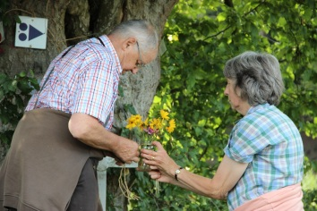 Octave et Yvonne installent les fleurs