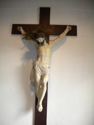 La croix de missions située dans le porche