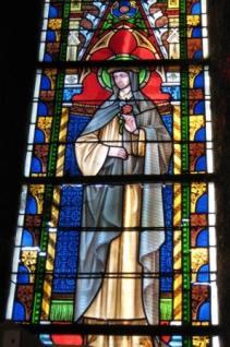 Une sainte non identifiée (sainte Rose ?), vitrail de droite dans le clocher