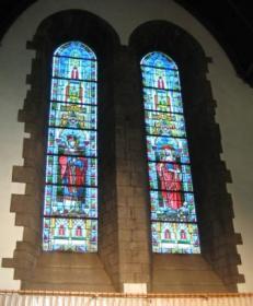 Le vitrail du fond du choeur, avec les saints patrons de l'église