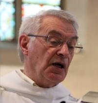 Jacques Delcour, diacre, proclame l'évangile de Jean