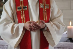L'abbé Jean-Marc Ista va faire communier tous les enfants ensemble