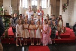 Les 14 enfants, notre curé et leur maman catéchiste
