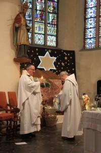 2017-12-25 - Messe du jour de Noël - Theux - Bénédiction du diacre qui va proclamer l'évangile
