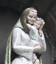Quelle beauté que cette statue de Marie et de l'Enfant-Jésus !