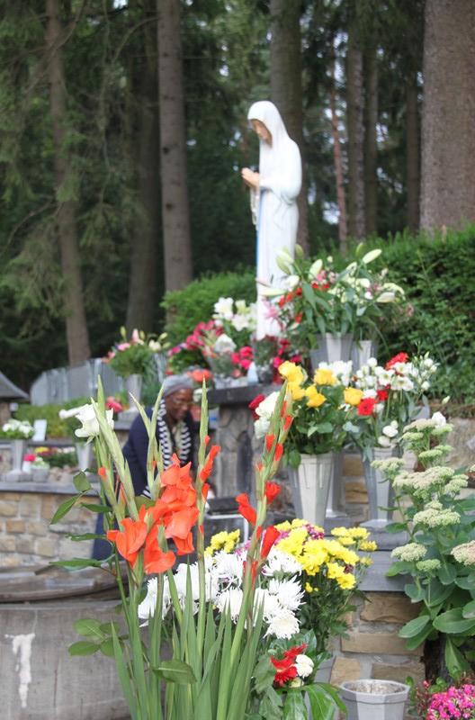 La Vierge des Pauvres, bien fleurie pour l'Assomption